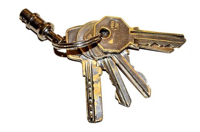 Schlüsselanhänger auf weißem Hintergrund