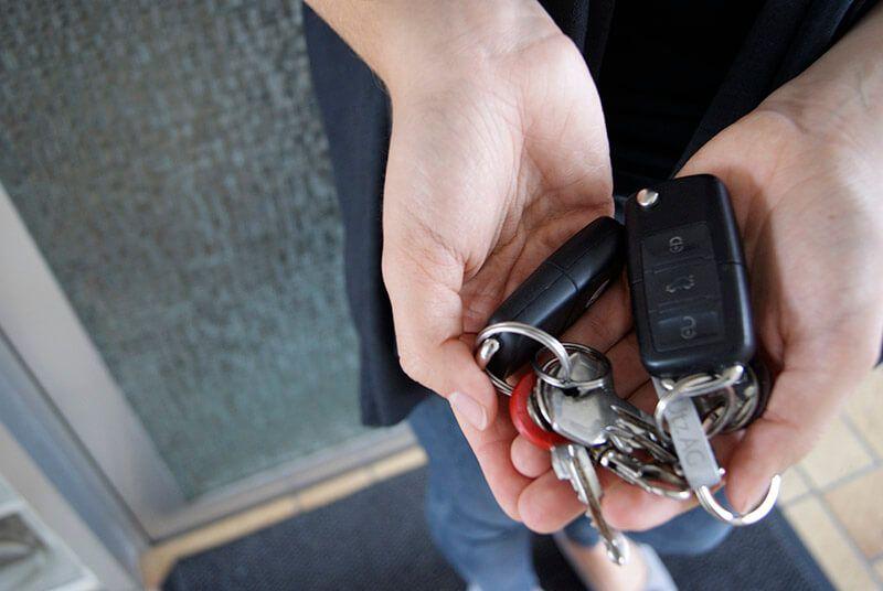 Leistungen des Schlüssel Notdienst in Nürnberg, Dame hält Schlüssel in beiden Händen