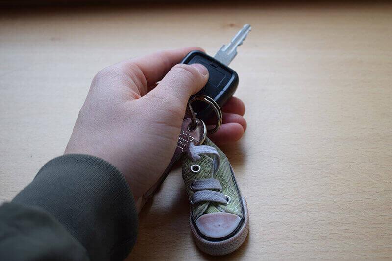 Autoschlüssel in der Hand halten