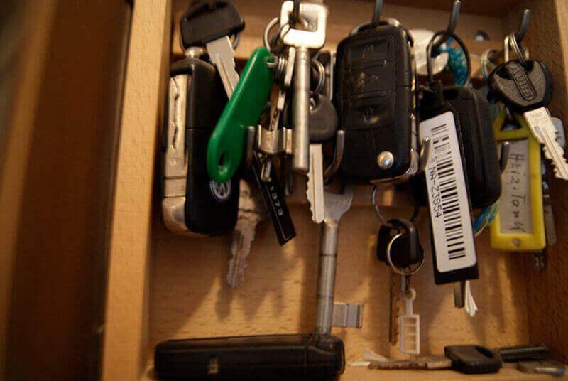 viele Schlüssel hängen auf einem Hacken in Dresden