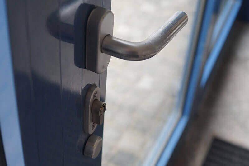 Tür mit einem blauen Rahmen