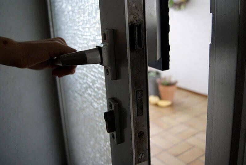 Tür wird gerade geöffnet