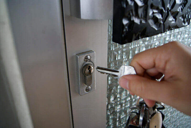Tür wird geöffnet mit Hilfe des Schlüssel Notdienstes in Dresden