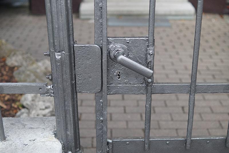 silberne Gittertür in Mönchengladbach