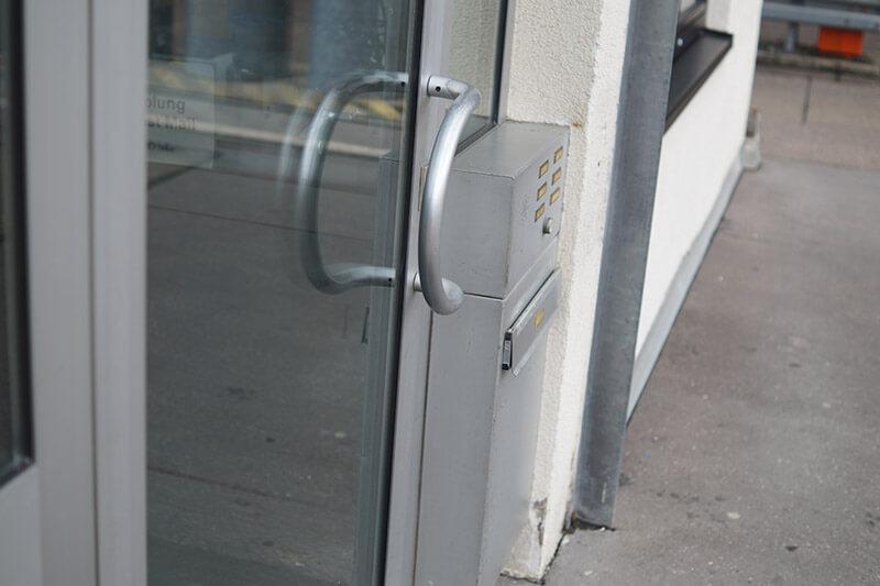 verschlossene Glastuer in Mönchengladbach