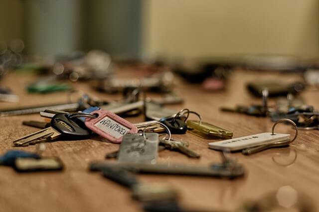 Viele Schlüssel auf dem Tisch