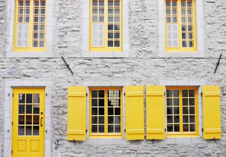 Haus mit gelben Fensterläden