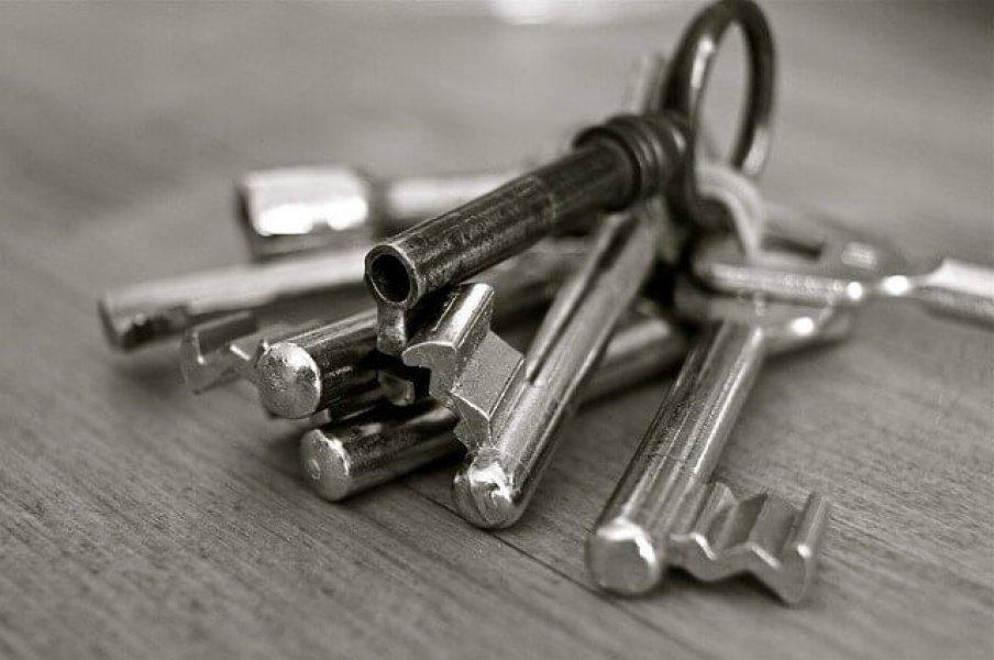 Schlüsselbund auf Tisch