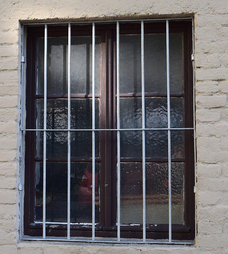 Mit Gittern verriegelte Fenster