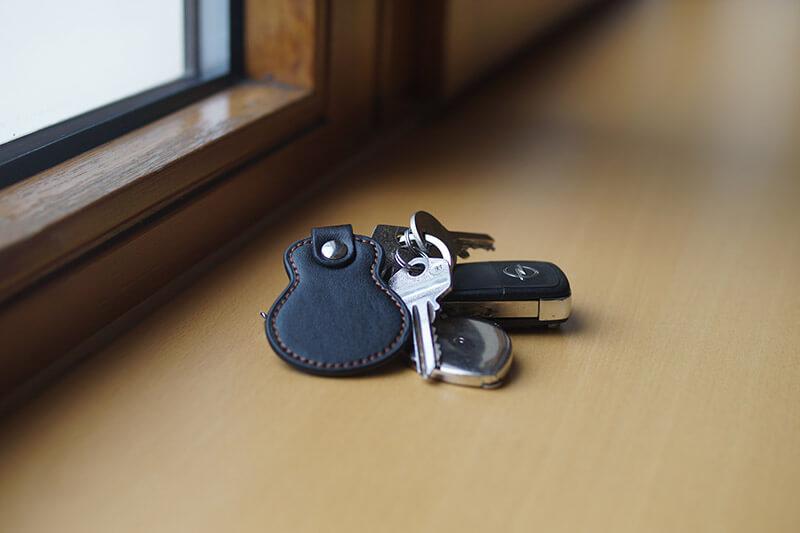 Schlüsselbund befindet sich auf der Fensterbank