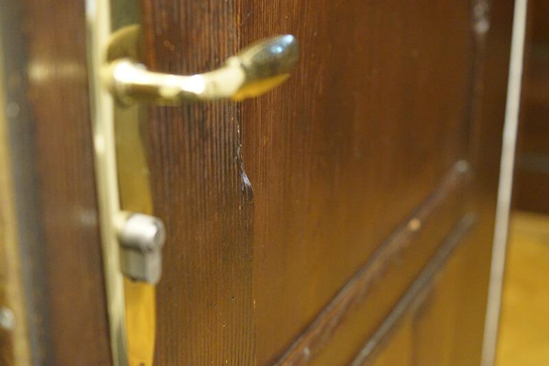 Tür mit einer goldenen Türklinke