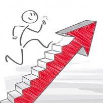 Bild für Optimierung - Strichmännchen läuft die Treppe am Pfeil hinauf