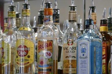 verschiedene spirituosen und gin