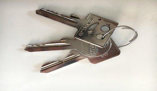 schlüssel liegen auf einem tisch