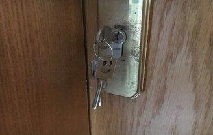 schlüssel steckt in einem schloss