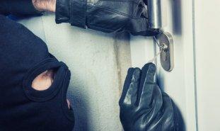 einbrecher verschafft sich zutritt