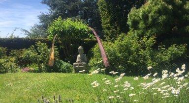 Villa_Sunneschii_Buddha_im_Garten_2.jpg
