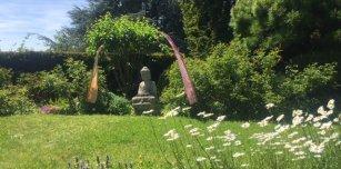 Villa_Sunneschii_Buddha_im_Garten.jpg