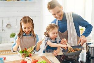 Vater_am_kochen_mit_Kinder_AdobeStock_263474024.jpg