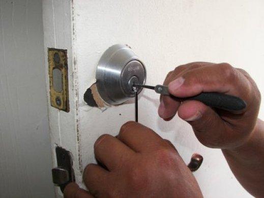 Türschloss wird aufgeschlossen vom Experte - Schlüsselservice Luzern