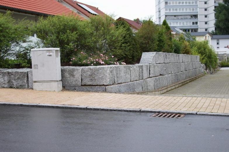 Gartenmauer-aus-Granit-Mauersteinen.jpg