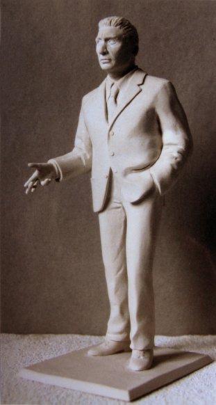 Figurine aus Epoxydharz mit einer Höhe von 20 cm hergestellt von der Bildhauerin Katharina Hochhaus.