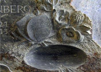 Bildausschnitt der Grabstein Gestaltung von Katharina Hochhaus, Bildhauerin aus Köln.