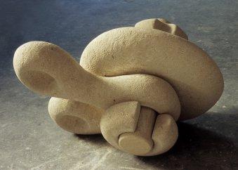 """Skulptur mit dem Titel: """"innige Verbindung"""", gefertigt aus Kalkstein von Bildhauerin katharina Hochhaus."""