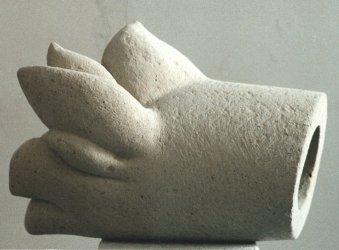 """Diese Skulptur von Katharina Hochhaus trägt den titel: """"Luftröhre"""" und ist ausTuffstein hergestellt."""