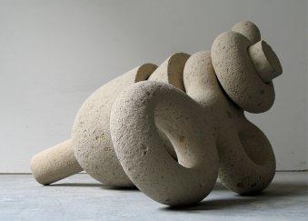 """Skulptur mit dem titel """"Verbindung I"""", aus Tuffstein, 40x70x60cm."""
