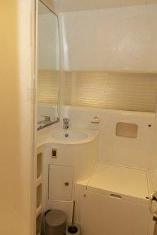 Gæste toilet med håndvask og brusekabine