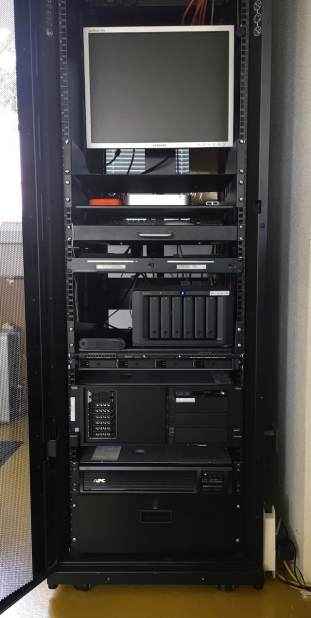 Das IT-Rack nach dem Umbau mit USV, Fujitsu Server und Synology NAS Server