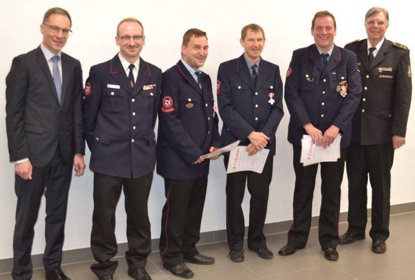v.l.n.r. Bürgermeister Stefan Ohr, Kommandant Alexander Müller, Mario Langer, Volker Hintermaiter,  Joachim Kett, Kreisbrandmeister Werner Vogel