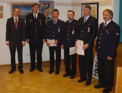 Die Geehrten, Hans Willi Groh, Klaus Strecker und Thomas Lohberger zusammen mit Bürgermeister Ohr, Kreisbrandmeister Vogel und Kommandant Stahl