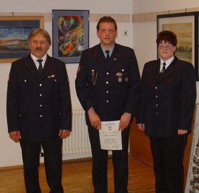 Joachim Kett (Mitte) zusammen mit Kreisjugendfeuerwehrwartin Nadine Engelhardt und Kommandant Gerhard Stahl