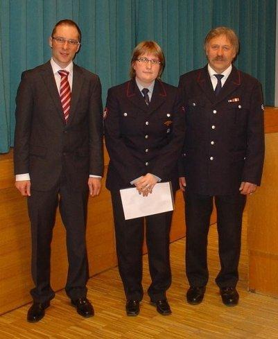 Die neue Jugendfeuerwehrchefin, Christine Stickel Mit Bürgermeister Ohr und Kommandant Stahl