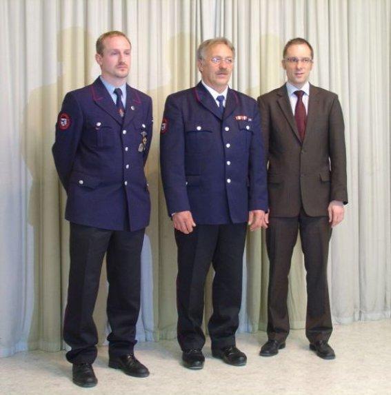 Bürgermeister Ohr mit dem im Amt bestätigten Kommandanten Gerhard Stahl und dessen neuen Stellvertreter Alexander Müller