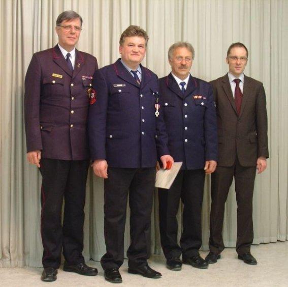Kreisbrandmeister Vogel mit dem Geehrten Manfred Pröger sowie Kommandant Stahl und Bürgermeister Ohr