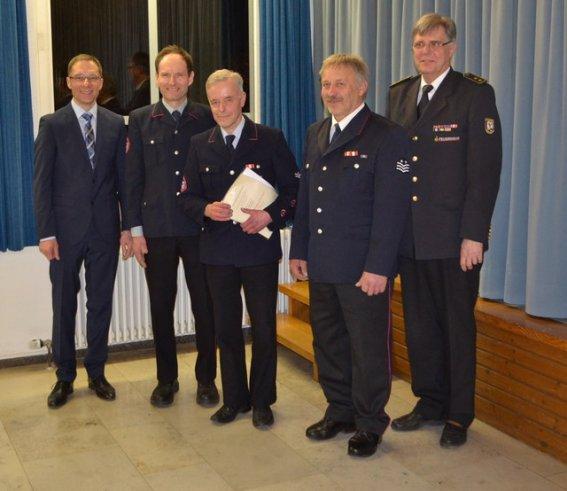 Bildmitte die Geehrten, Dieter Wacker und Bert Karrer zusammen mit Bürgermeister Stefan Ohr, Kommandant Gerhard Stahl und Kreisbrandmeister Werner Vogel