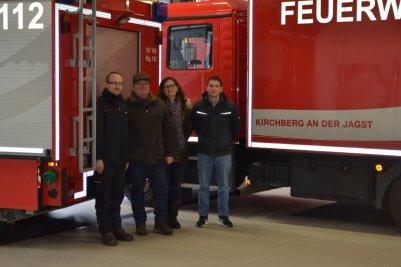 Feuerwehrauto-mit-der-Kircberger-Stadtsilouette