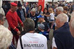 DER GROSSE BAGATELLO unterhält mit Messezauberei und Hütchenspiel.