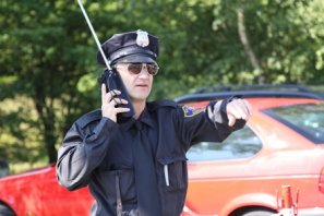 Cop Walkact mit Funkgerät.