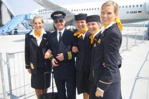 Pilot Walkact mit echten Stewardessen