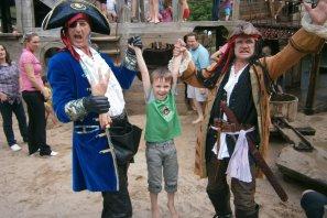 Piraten Walking Act mischt auf bei großem Kinderfest im Maximilian Park.