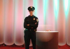 Security Walkact mit Cop oder Türsteher.