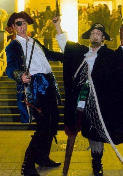 Piraten Walkact. Die Freibeuter verspielen Haus und Hof.