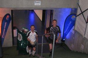 Die lebende Torwand im Spielertunnel Frankfurter Stadion.