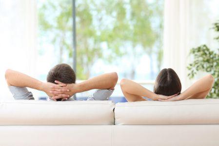 Paar-entspannt-auf-dem-Sofa
