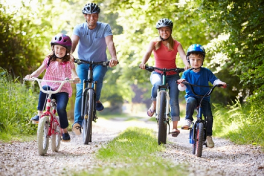 Family_On_Cycle_Ride_In_Countryside_xs.jpg