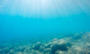 Meeresgrund mit Sonnenstrahlen